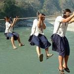 Deti riskujú svoje životy cestou do školy. Tieto fotografie Vám vyrazia dych.
