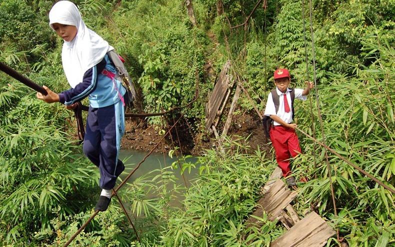 Deti riskujú svoje životy cestou do školy. Fotografie Vám vyrazia dych